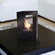 Helios B de Purline, une grosse cheminée bioéthanol en acier laqué noir avec deux vitres en verre trempé thermorésistant.